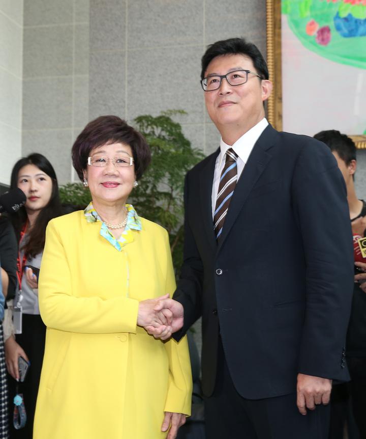 民主進步黨今天舉行2018年台北市長參選人電視政見發表會,前副總統呂秀蓮(左)和立委姚文智(右)出席。記者曾吉松/攝影