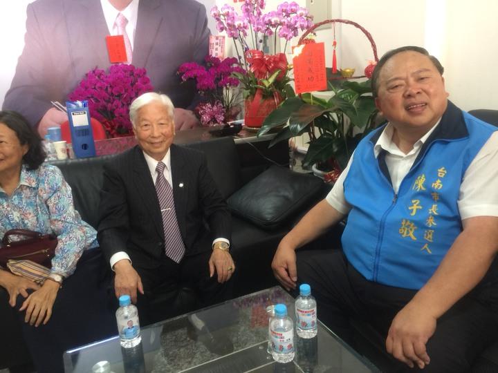 凱士士公司董事長邱俊雄(右二)為陳子敬(右一)加油打氣。記者吳政修/攝影