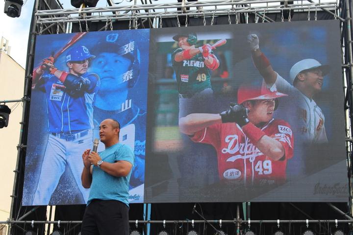 張泰山回到生涯兩百轟的新竹棒球場,分享自己的棒球奮鬥史。記者張雅婷/攝影