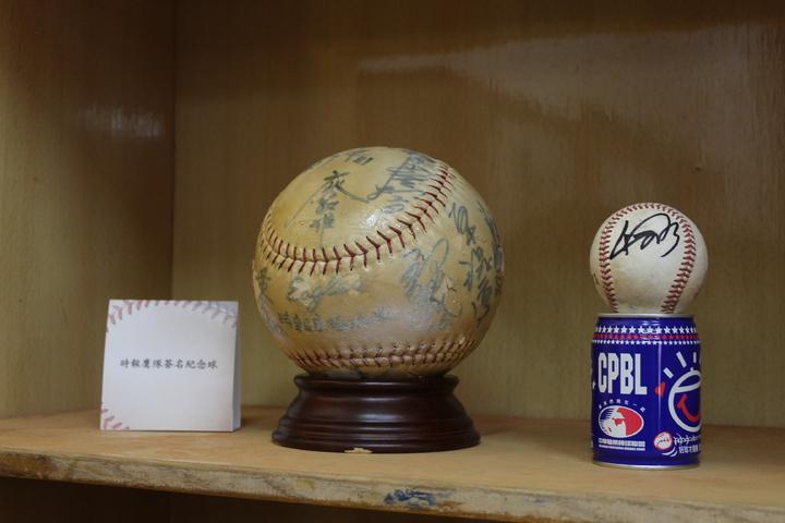 新竹棒球場收藏許多歷史隊伍的簽名球。記者張雅婷/攝影