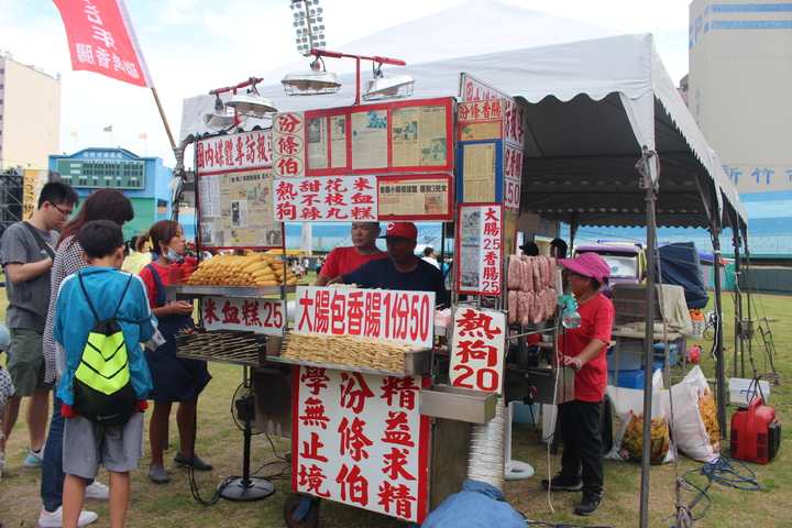 跟隨中華職棒成長的香腸攤,今天也回到新竹棒球場讓老球迷回顧老滋味。記者張雅婷/攝影