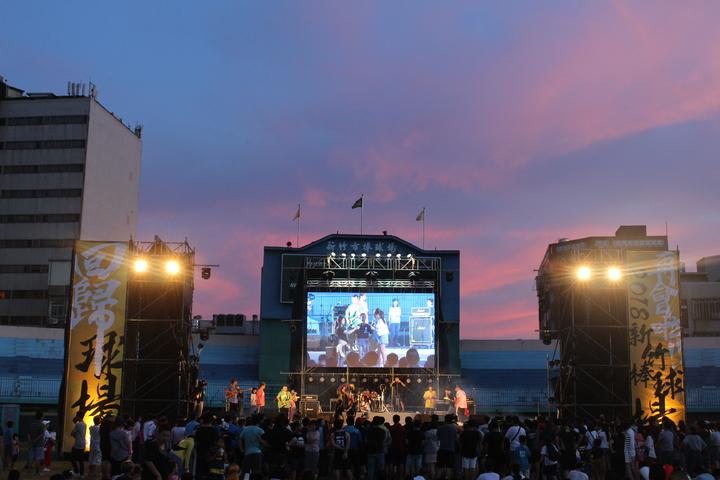 新竹市府團隊和市民相約未來一起迎接新竹棒球場的蛻變。記者張雅婷/攝影