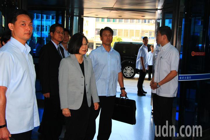 總統蔡英文今天下午到童綜合醫院探視傘兵秦良丰。記者余采瀅/攝影