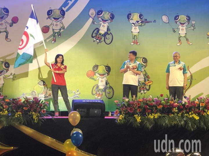 嘉義市副市長張惠博(右)將會旗交給2年後承辦縣市-台東縣政府教育處代表。記者王慧瑛/攝影
