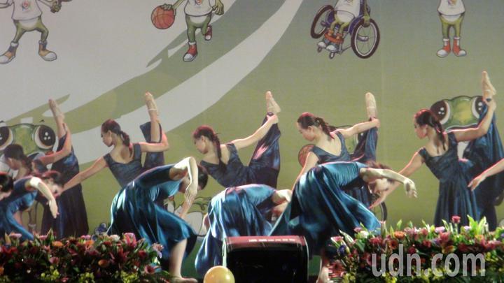 閉幕典禮上,嘉義國中舞蹈班同學表演舞碼「從古到今」,藉由肢體表現,傳達出打破隔閡,不畏艱辛、努力的過程。記者王慧瑛/攝影