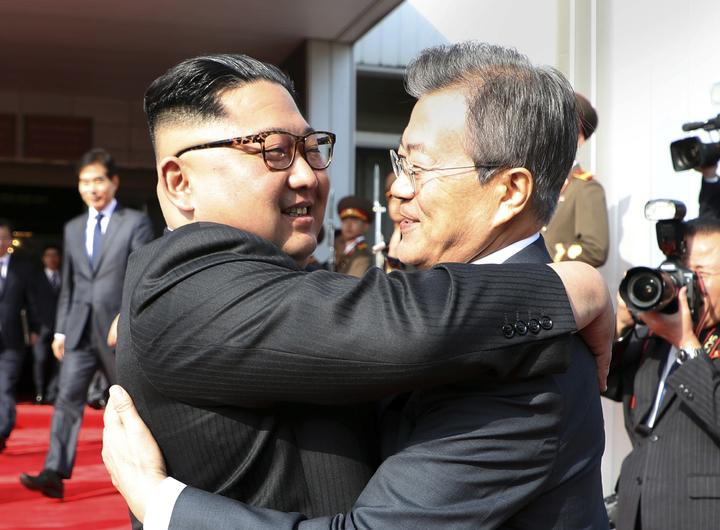 南韓總統文在寅26日前往板門店北韓一側的統一閣,與北韓最高領導人金正恩祕密會面,討論「川金會」舉行以及落實「板門店宣言」等事宜。美聯