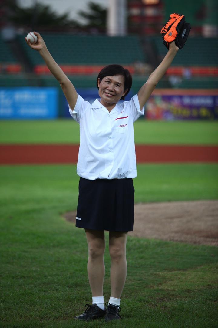 2013年8月2日 CPBL 獅 VS 犀牛,高雄女中校長黃秀霞賽前帶著漾舞社在賽前演出並開球。圖/檔案照片