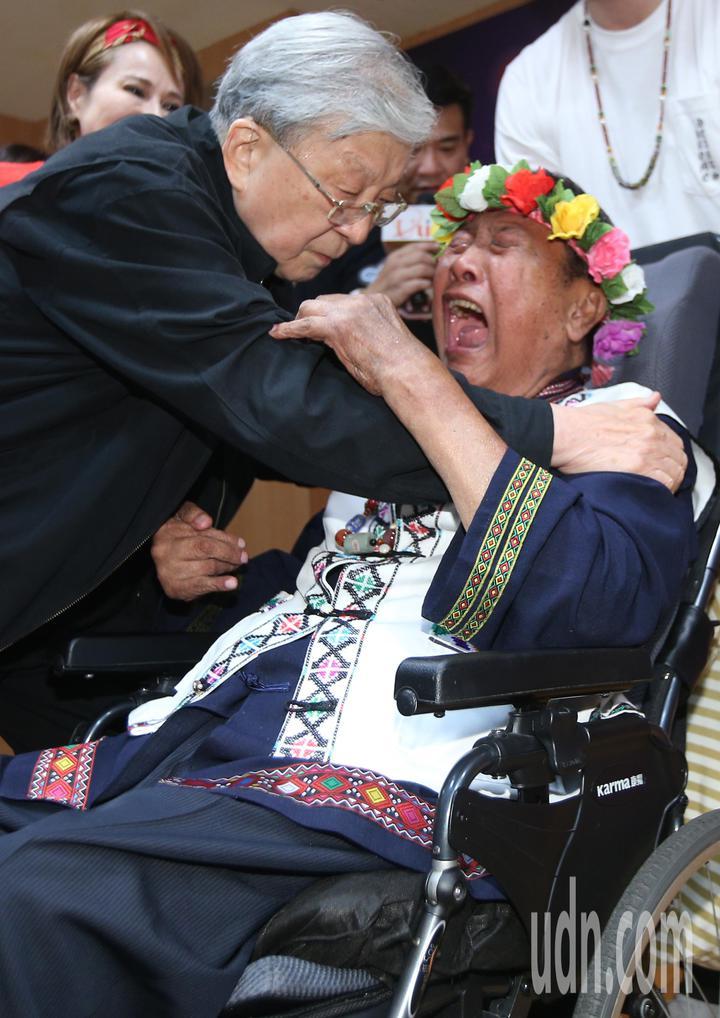 愛傳承關懷演唱會記者會下午舉行,中風多年的歌手萬沙浪(右)見到五十年未見的導演李行(左)激動不已,李行也以擁抱為他加油打起。記者陳正興/攝影