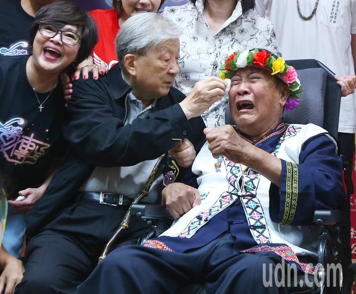 愛傳承關懷演唱會記者會下午舉行,中風多年的歌手萬沙浪(右)見到五十年未見的導演李行(中),雖淚奔,還努力喊出導演好,讓眾人感動。記者陳正興/攝影