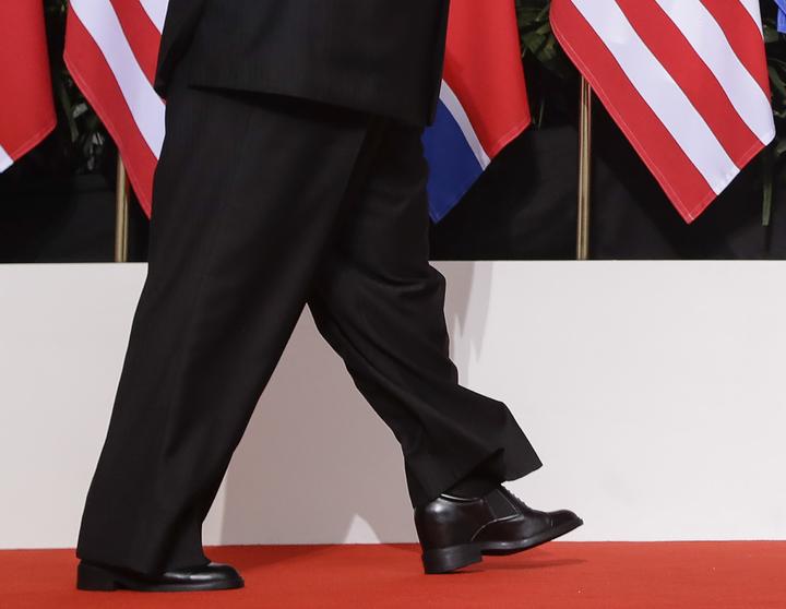 北韓最高領導人金正恩在川金會期間,穿上特製厚底高跟鞋,想盡辦法和川普「平起平坐」。美聯