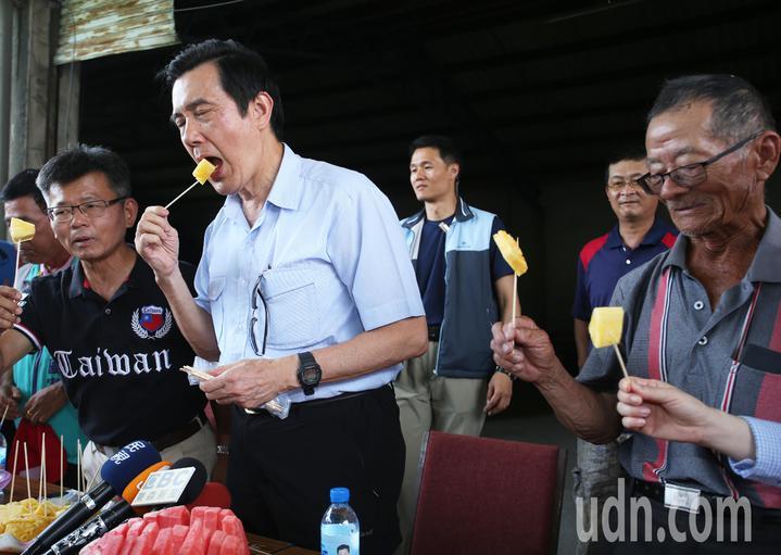 前總統馬英九(左二)今天一大早特地到大樹探視林益老伯,並且現場大啖鳳梨大力行銷。記者劉學聖/攝影
