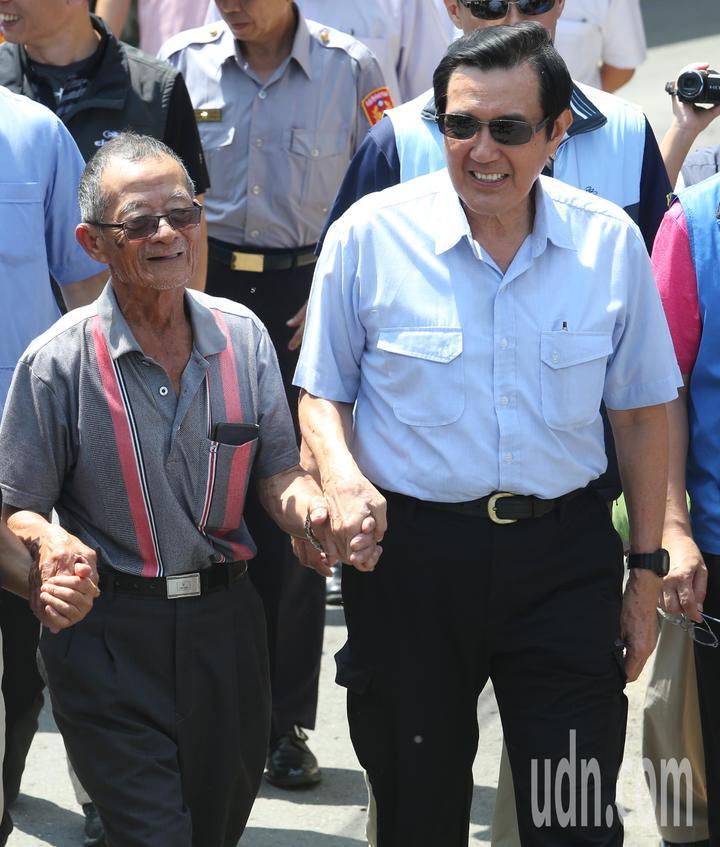 前總統馬英九(右)今天一大早特地到大樹探視林益老伯(左),並且現場大啖鳳梨大力行銷。記者劉學聖/攝影