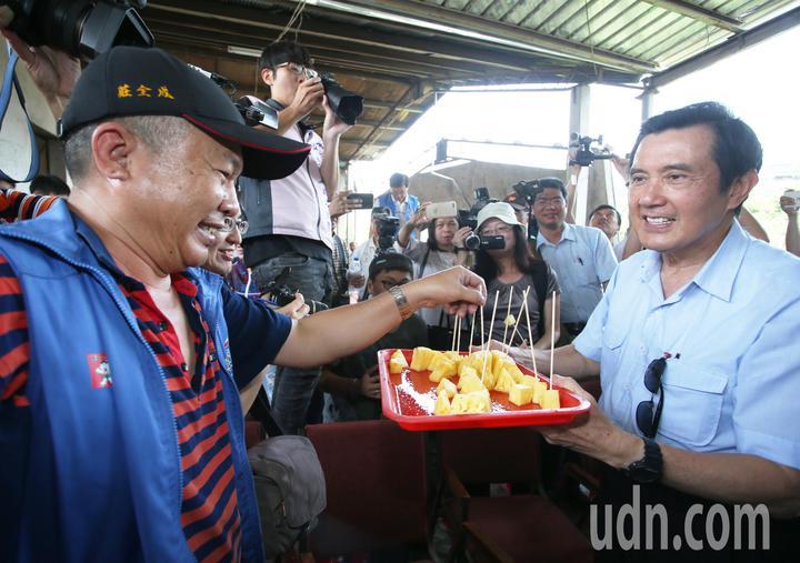 前總統馬英九(右)今天一大早特地到大樹探視林益老伯,還端起鳳梨請現場媒體民眾試吃。記者劉學聖/攝影
