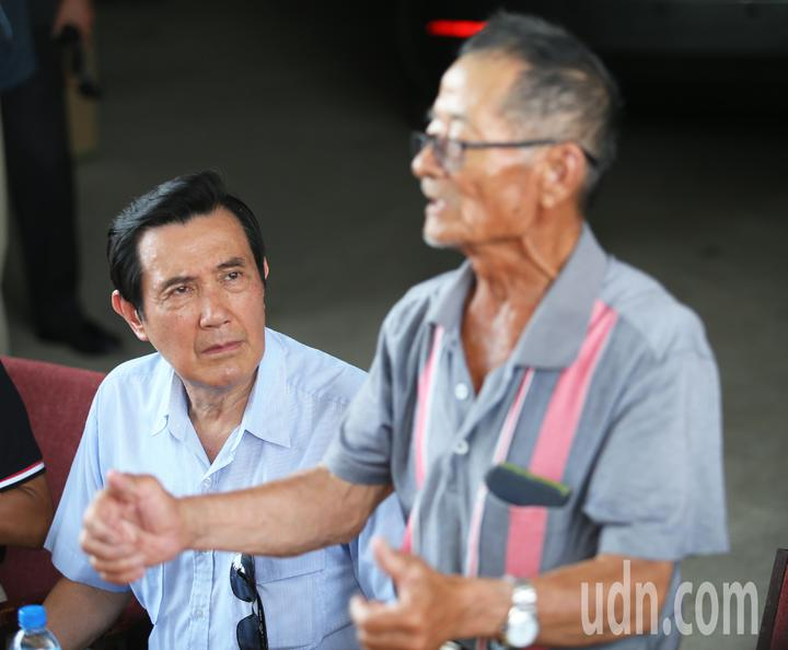 前總統馬英九(左)今天一大早特地到大樹探視林益老伯(右),並且現場聆聽農民意見。記者劉學聖/攝影