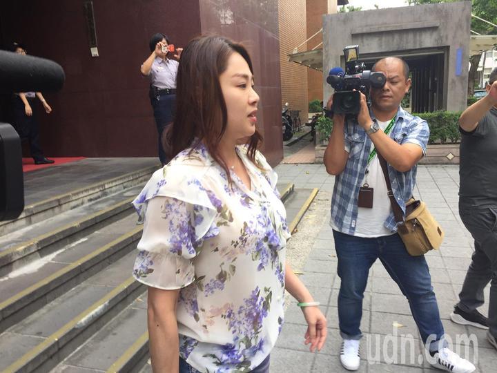 李婉鈺今天為妨害公務案出庭,法官勸她思考認罪。                          記者王聖藜/攝影