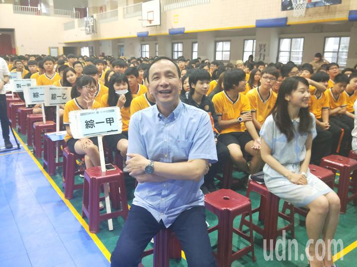 朱立倫今天對學生說,「未來要不要選總統,目前還沒想這個問題,但明天會更好,因為我要靠你們」,妙答獲得學生熱烈掌聲。記者游明煌/攝影