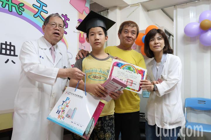 葉佳林(右二)每周必帶著孫子葉佑恩(右三)到復健科報到,看到孫子從復健科畢業,還拿到「誠實勤勉」獎,這位看起來年輕的阿公,笑得比誰都開心。記者翁禎霞/攝影