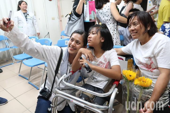 賴讚美(中)拿下「勇往直前」獎,今天畢業時,復健科老師還與讚美玩自拍。記者翁禎霞/攝影