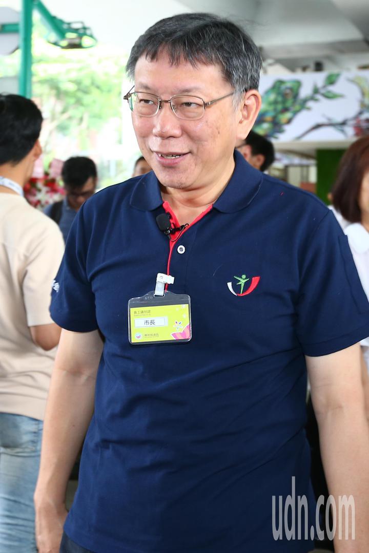 台北市長柯文哲到勝利加油站擔任一日店長。記者王騰毅/攝影