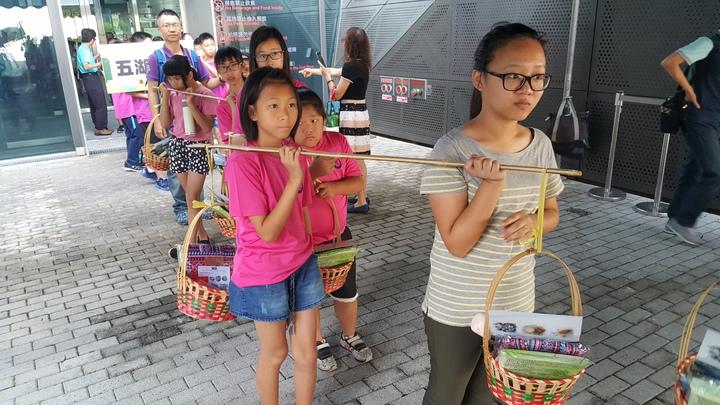 客委會客發中心連續第3年辦客家成長禮,今年有16校近700名學童參加,各校學童上午挑擔進入會場。記者胡蓬生/攝影