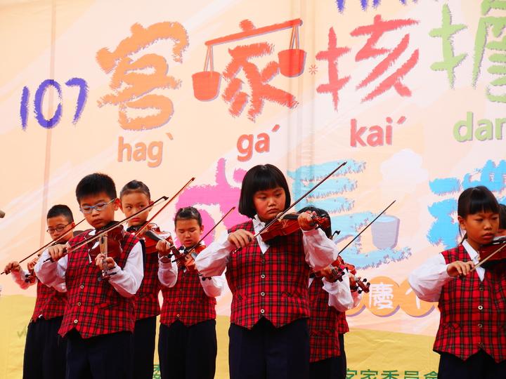 苗栗縣大湖鄉新開國小學童表演小提琴。圖/客家文化發展中心提供