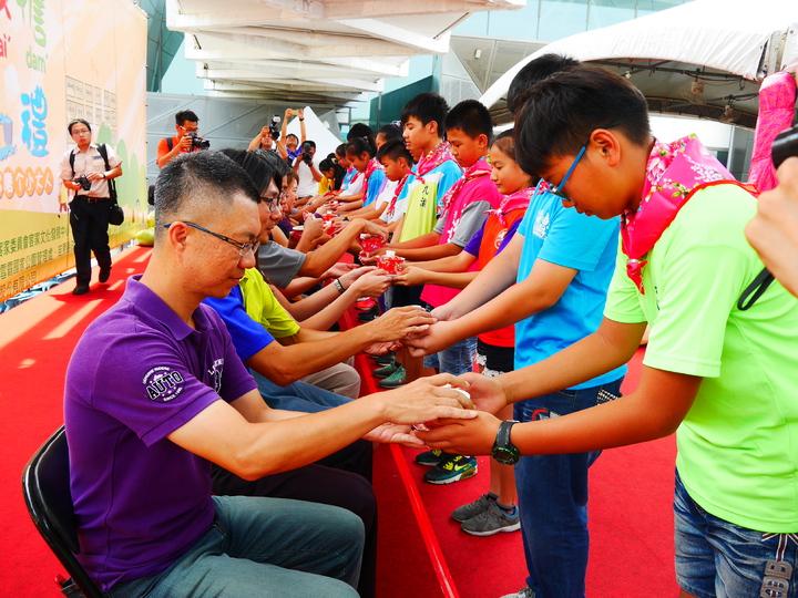 客發中心連續第3年辦客家成長禮,學生進行「奉茶感恩」的儀式。圖/客家文化發展中心提供