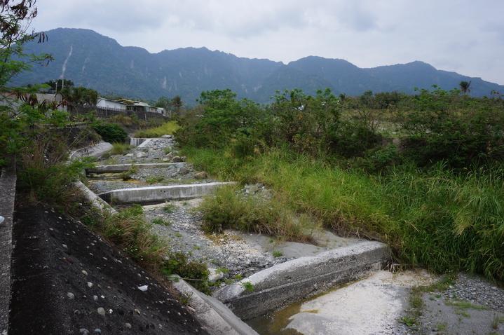 台東縣羊橋溪整治後,兩側的水泥護岸高聳,連人都得手腳並用爬下去,遑論要飲水、覓食的濱溪哺乳類動物。記者洪敬浤/攝影