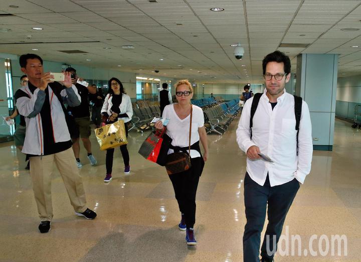 好萊塢男星「蟻人」保羅洛德(Paul Rudd)上午離台,搭乘同一班機的旅客幸運地在登機室拍到保羅洛德。記者鄭超文/攝影