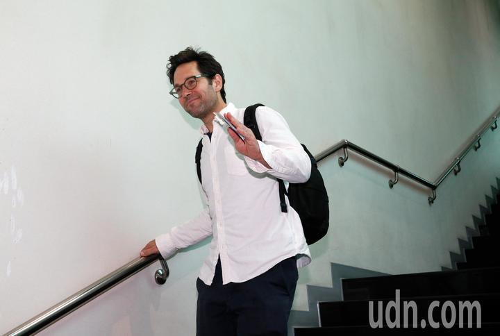 好萊塢男星「蟻人」保羅洛德(Paul Rudd)上午離台, 他親切地揮手表示,望有機會能夠再來台灣。記者鄭超文/攝影