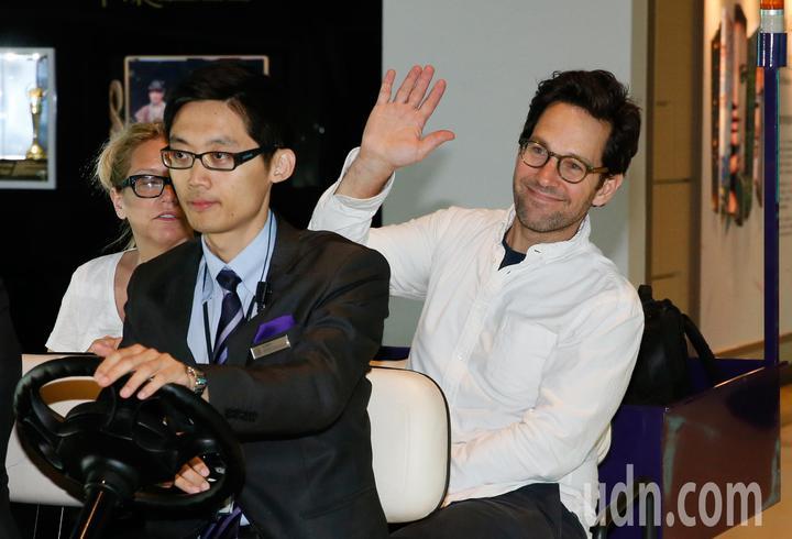 好萊塢男星「蟻人」保羅洛德(Paul Rudd)上午離台,他一見到守候的媒體就主動揮手並以中文說「你好!」。記者鄭超文/攝影
