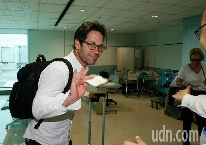 好萊塢男星「蟻人」保羅洛德(Paul Rudd)上午離台,登機不忘揮手向媒體及地勤人員道別。記者鄭超文/攝影
