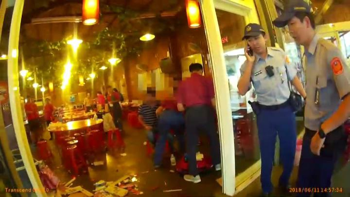 互看不順眼,宜蘭縣礁溪鄉一家餐廳日前發生群毆事件,3人受傷送醫,警方調查處理。圖/翻攝畫面