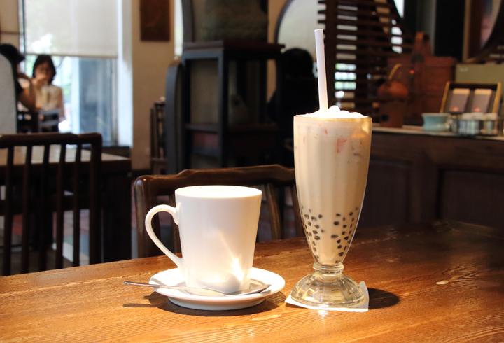 珍珠奶茶怎麼喝?成為爆紅話題。台中珍奶名店春水堂的內用珍奶,熱飲提供湯匙,避免消費者燙口,冷飲提供塑膠吸管;業者正在研究替代方案。圖/春水堂提供