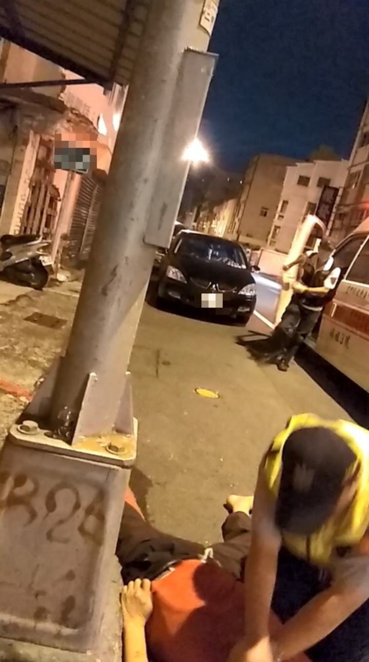 高市鳳山分局南成所員警葉俊吉經消防人員指示後,救護車抵達前,趕緊對路倒男子CPR。記者劉星君/翻攝
