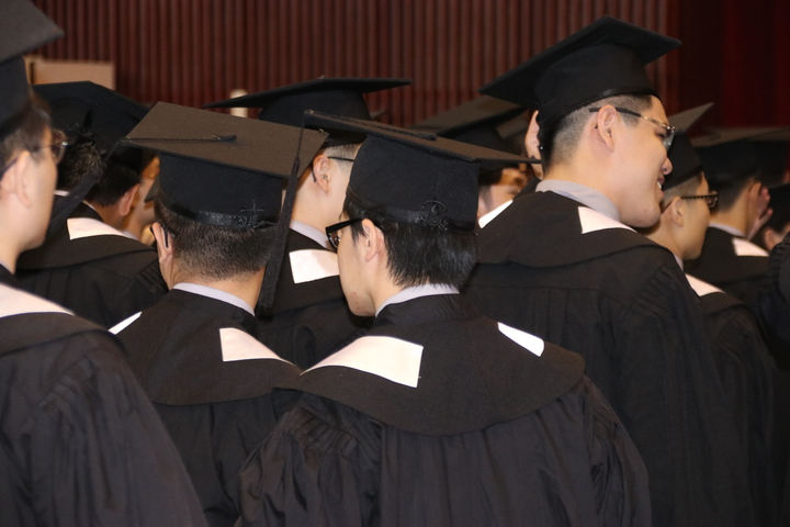 畢業生互相撥穗。記者曾健祐/攝影