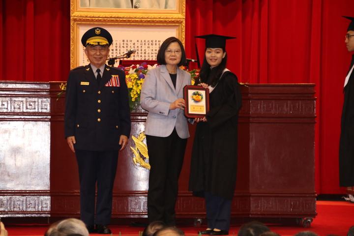 蔡英文頒發畢業證書給畢業生。記者曾健祐/攝影