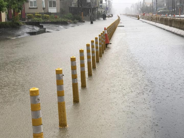 上午11點路面仍然積水情形。記者蔣繼平/攝影