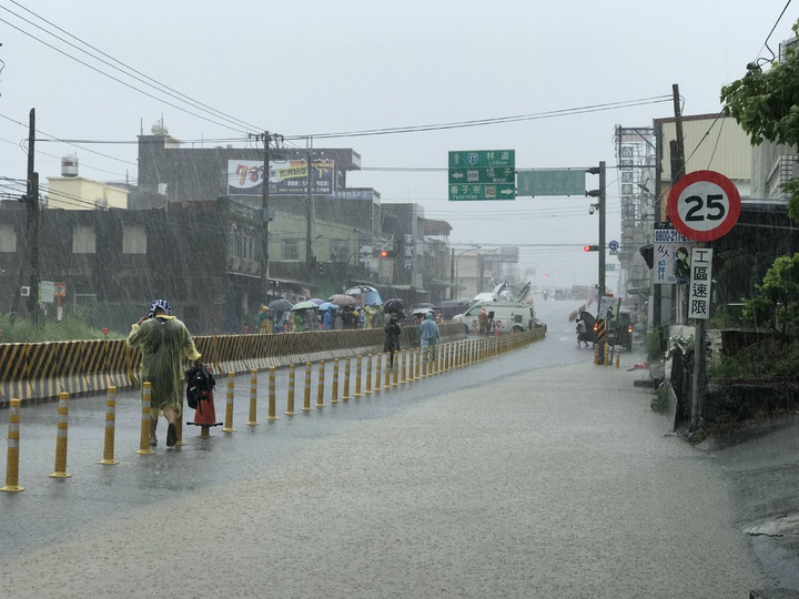 台17線佳冬羌園段上午一度封閉。記者蔣繼平/攝影