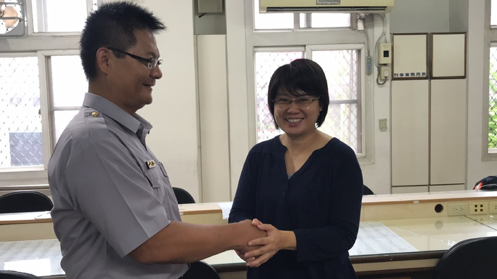 蔡小姐(右)今上午親赴派出所跟五甲所長許強生(左)道謝。記者劉星君/攝影