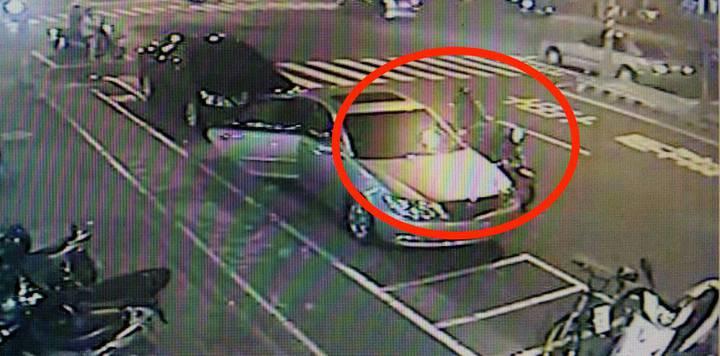 蔡小姐當時下車後,將皮包遺落在車門爬,被路過的一對摩托車雙載情侶檔撿走。記者劉星君/翻攝