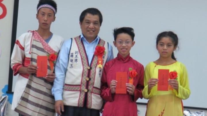 和平區代表會副主席羅進玉(左二)致詞,叮嚀山上的孩子要快樂學習,培養良好生活習慣。圖/家長提供