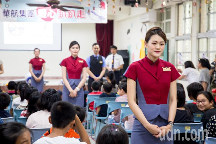 華航空服員現場示範搭機流程。記者蔡翼謙/攝影