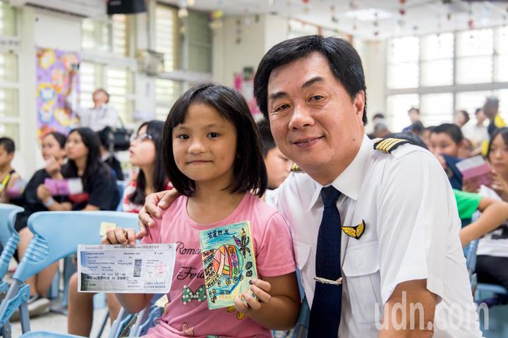 孩童自製護照、登機證,體驗搭機流程。記者蔡翼謙/攝影
