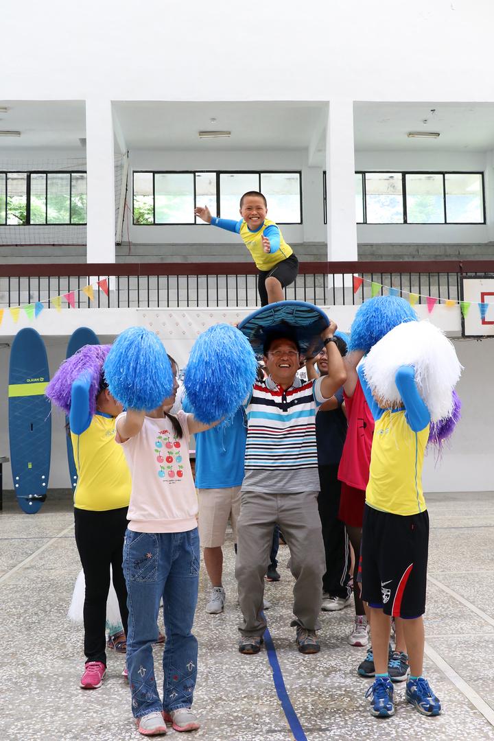 宜蘭縣頭城鎮大溪國小是全台少數開設衝浪課程的小學,缺乏經費換新設備,羅東博愛醫院內30多個員工自發性組成「小豆子愛心社」義賣捐助,師生大跳衝浪舞感謝。圖/羅東博愛醫院提供