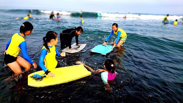 宜蘭縣頭城鎮大溪國小是全台少數開設衝浪課程的小學,缺乏經費換新設備,羅東博愛醫院內30多個員工自發性組成「小豆子愛心社」義賣捐助。圖/羅東博愛醫院提供