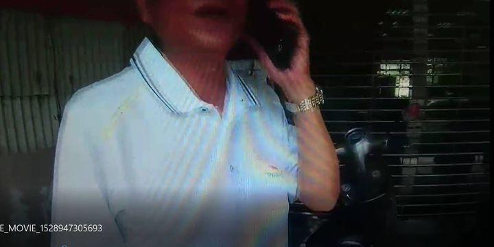 手戴名表寶石戒指的大叔遭騙,急著要匯80萬,剛好警員路過聽到立馬阻止。圖/翻攝畫面