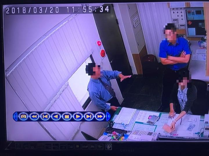 摩鐵業者劉姓副總(左)等到警方離去後,打電話給通緝犯陸姓男子通風報信,「有警察來查你」,事後並告知其兒子擔任摩鐵的主任(中)、與會計郭姓女子(右)之後警方若再來查,要怎麼應對。記者劉星君/翻攝
