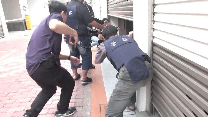 業者後來才告訴警方通緝犯躲在508號房,警方二次攻堅進入,當場將陸姓男子、林姓女友緝捕到案。記者劉星君/翻攝