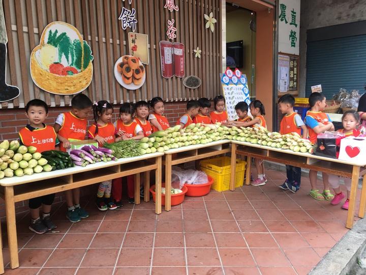 新竹縣北埔鄉的上上幼兒園,今天在北埔鄉農會直銷中心前義賣自己種的糯玉米,小朋友們要用自己努力存的錢邀請如果兒童劇團來表演。記者陳斯穎/攝影