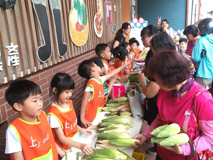 新竹縣北埔鄉的上上幼兒園,今天在北埔鄉農會直銷中心前義賣自己種的糯玉米,每一位小朋友都賣力的招呼客人,希望能把產品賣出去。記者陳斯穎/攝影